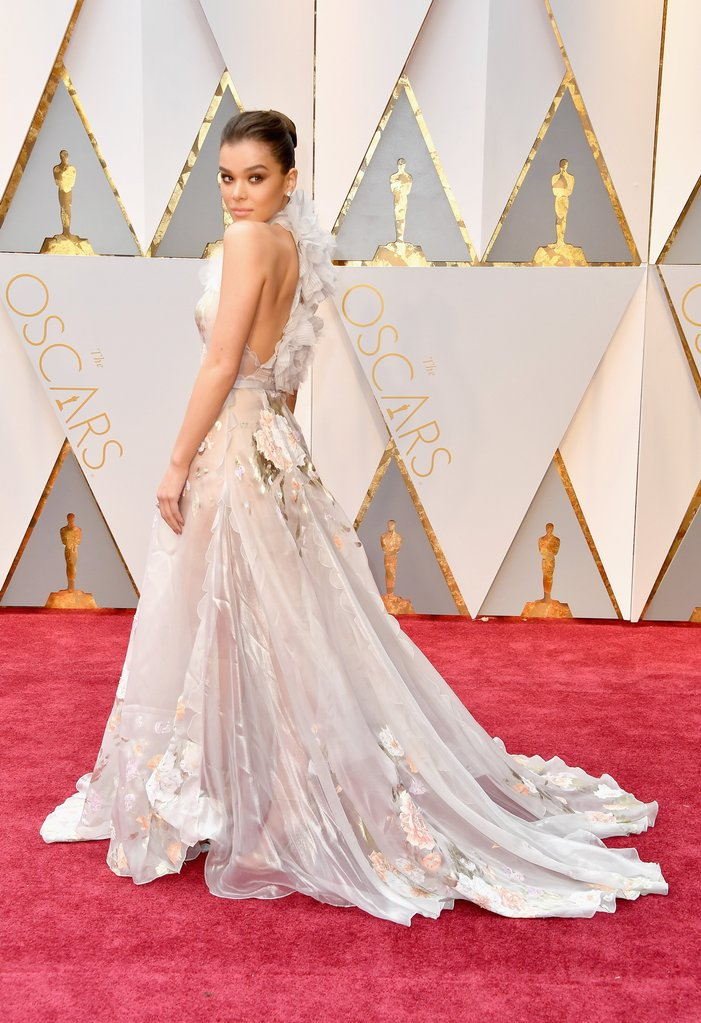 hailee steinfeld oscars Best Dressed at the Oscars - EAT LOVE SAVOR International luxury lifestyle magazine and bookazines
